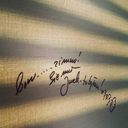 Fotka zTVNu, gdzie opowiadałem oWielkiej Orkiestrze Codziennej Pomocy. Atu... Owsiak Jerzy podpisał się markerem naścianie :-) fot.: http://instagram.com/maciejgnyszka