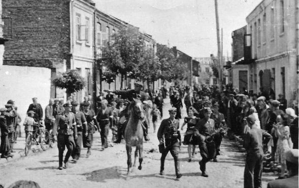 Oddział Orlika defiluje wRykach poich odbiciu zrąk niemieckich
