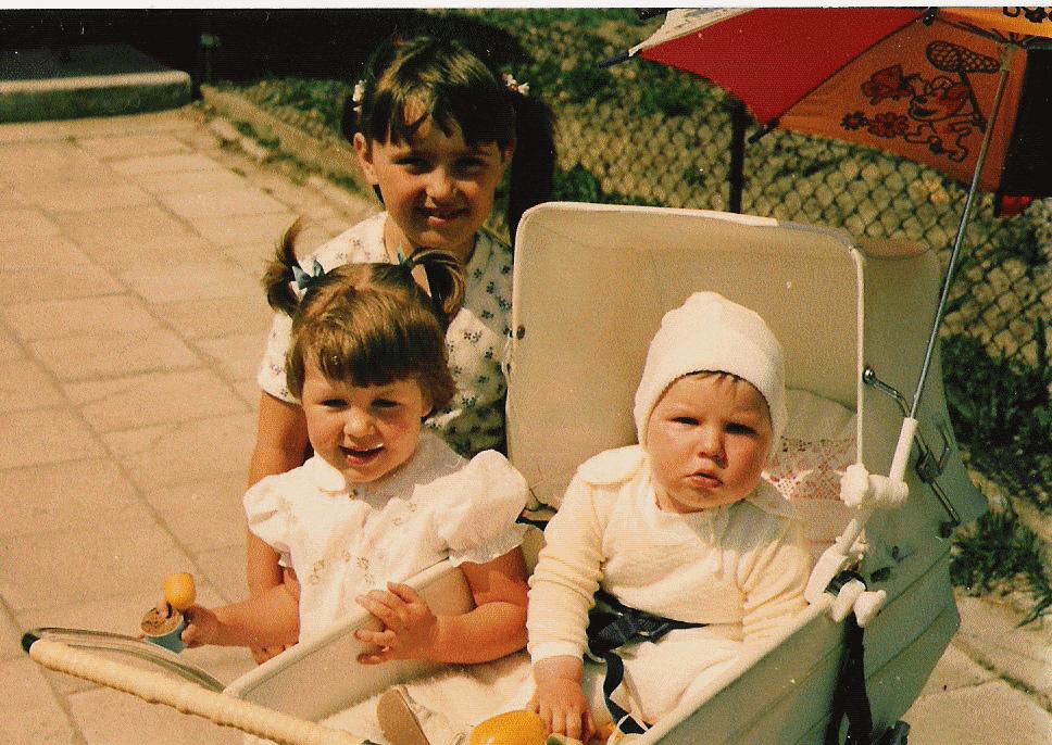 Ewa (sąsiadka), Ola (Siostra) i ja w białym wozie